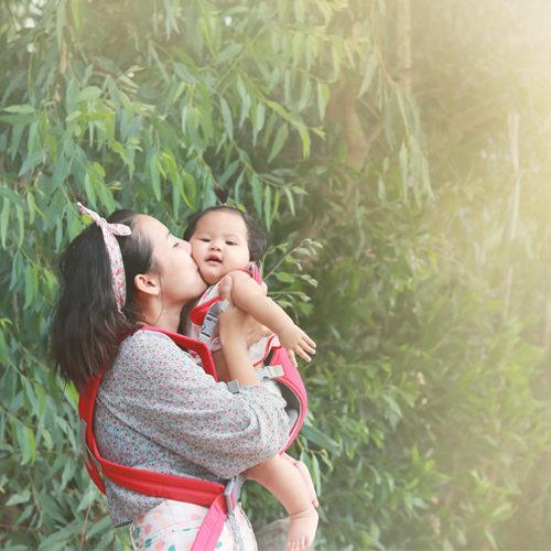 การเลี้ยงลูกแบบผูกพัน : ทำไมลูกจึงต้องการการอุ้มและการกอด