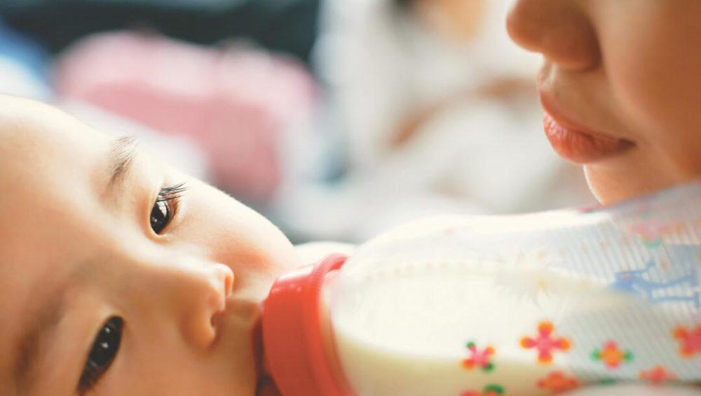 นมผง ทางเลือกในการให้นมลูก มีข้อดีข้อเสียอย่างไร